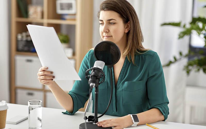 Blijf in contact met je doelgroep door zakelijke podcasts op te nemen.